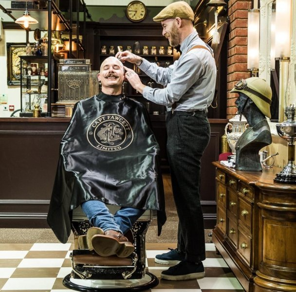 luksusowy-plaszcz-przeciwdeszczowy-dla-fryzjera-captain-fawcett